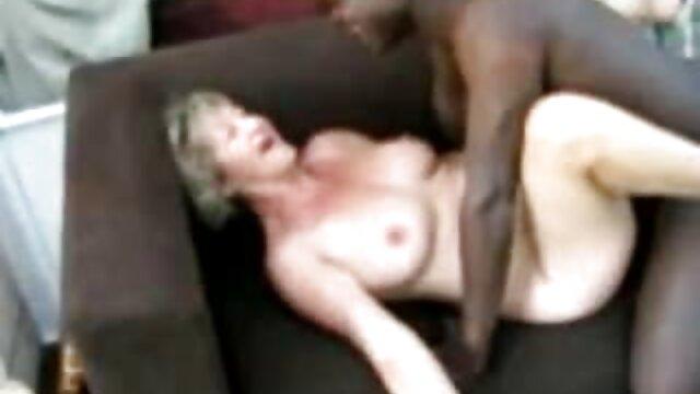 viendo la tele tocándola con las porno peliculas español latino bragas mojadas.