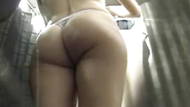 Deliciosa monada con un atuendo sexy sabe cómo manejar a videos gay latinos maduros un donger